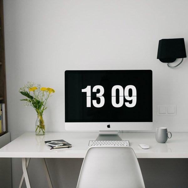 Schreibtisch mit iMac